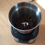 グラインダーにコーヒー豆をセット