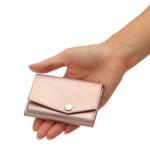 ミニ財布を持つ手