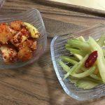 小皿に盛ったカクテキとセロリキムチ