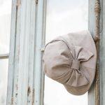 窓にかけた日よけ帽子